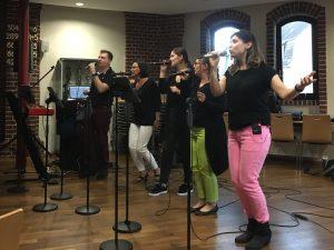 Kreuz & Quer Gottesdienst mit moderner christlicher Lobpreis Musik präsentiert von Complete Worship